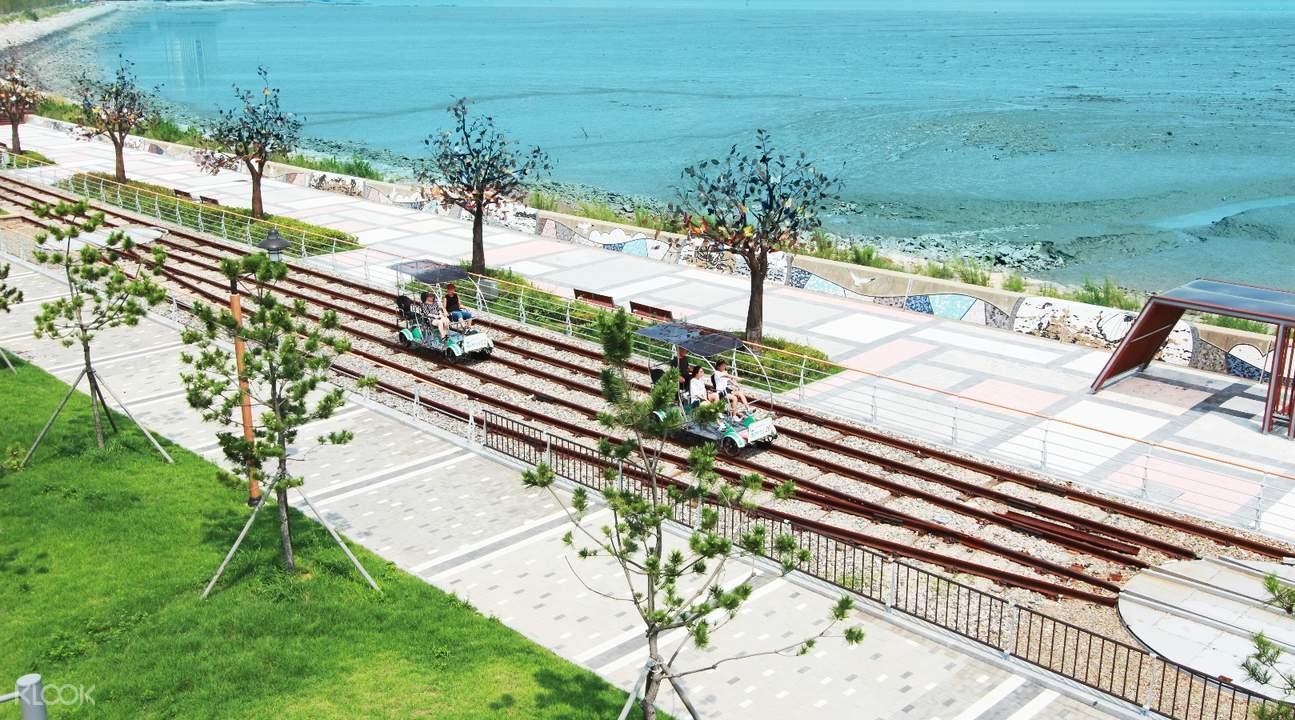 永宗岛海边铁道自行车