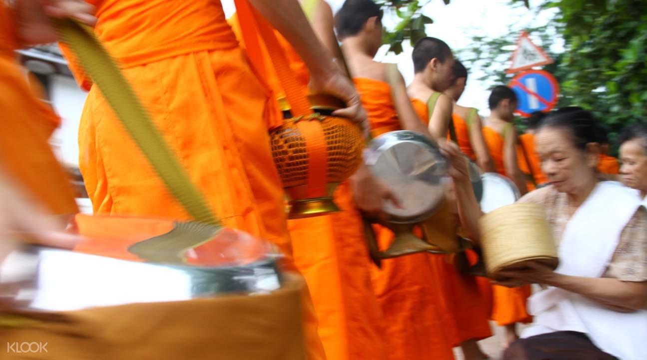 琅勃拉邦清晨布施體驗