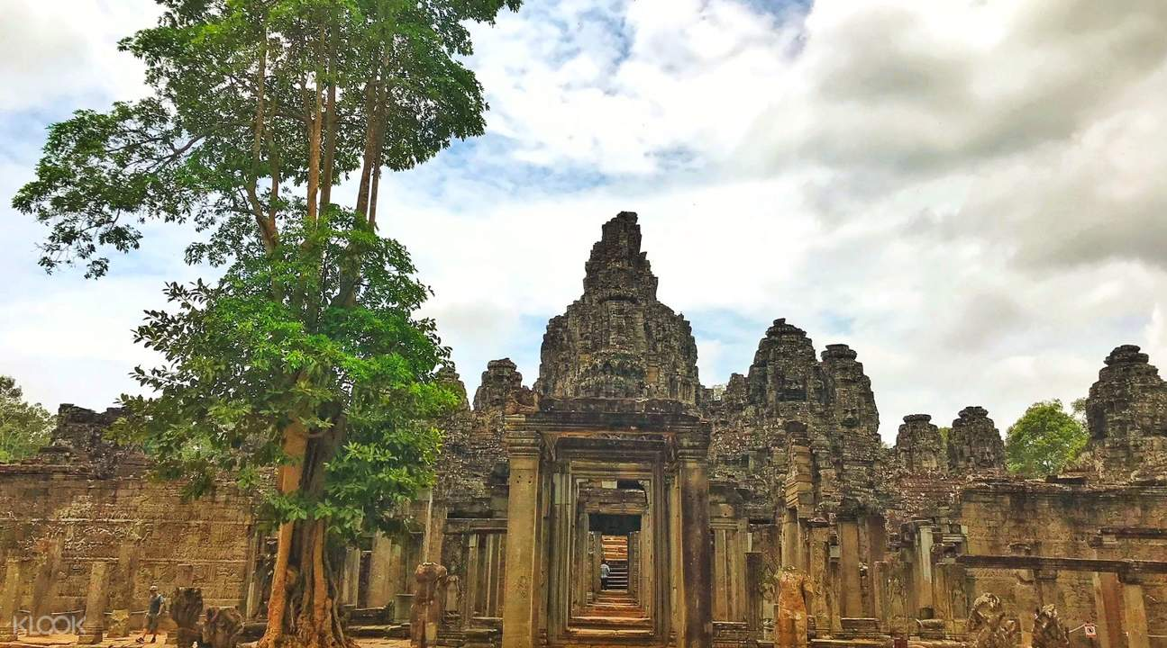 bayon temple sunrise angkor temples small circuit tour by tuk tuk siem reap cambodia