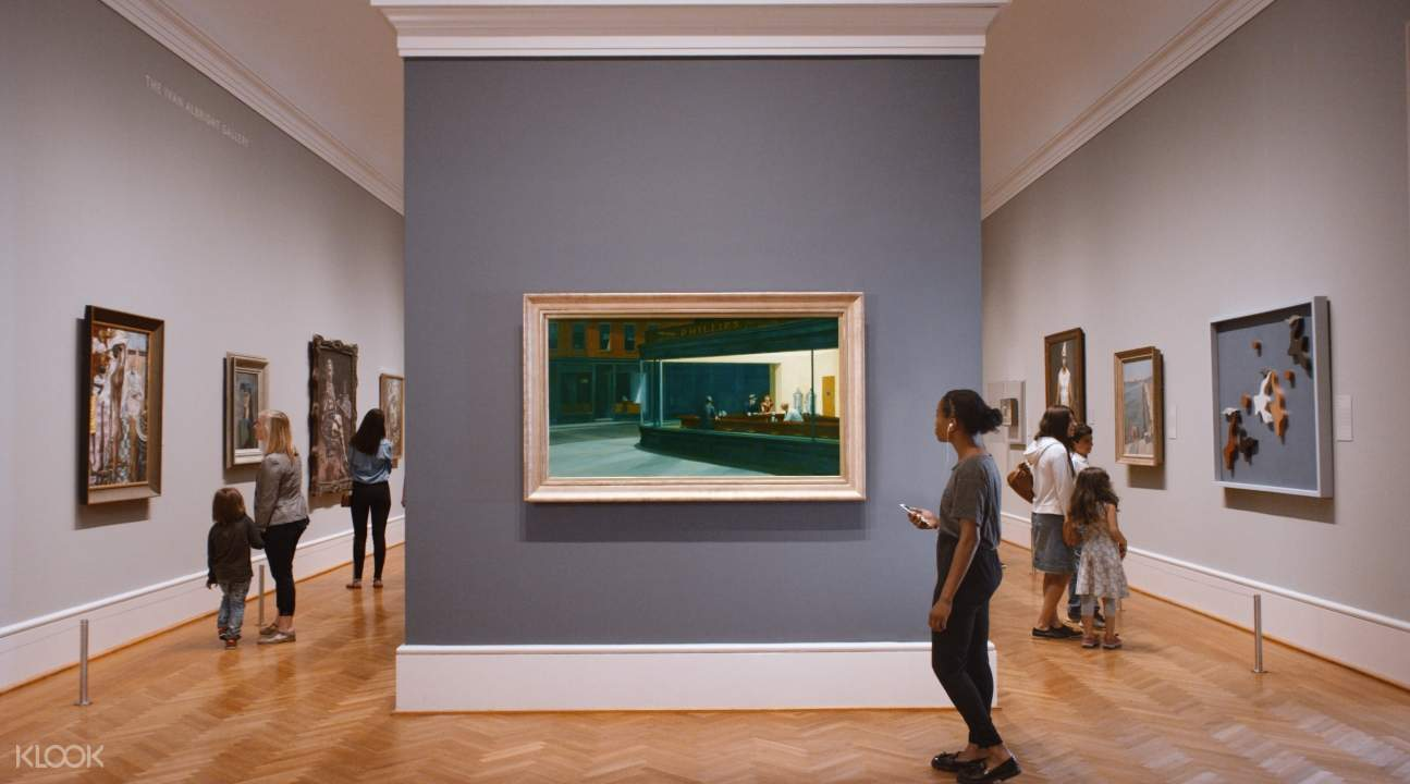 芝加哥藝術博物館內觀賞畫作的人們