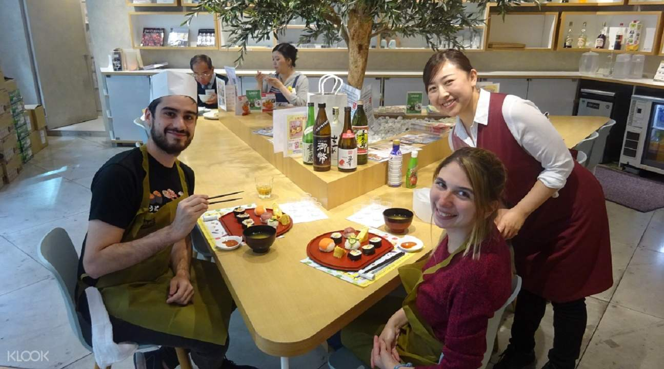 tsukiji fish market tour, tsukiji fish market best tour, tsukiji fish market tour and cooking class, abc cooking studio japan, abc sushi roll