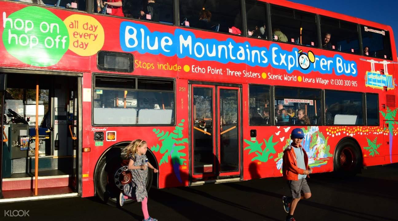 tour group in blue mountain explore bus