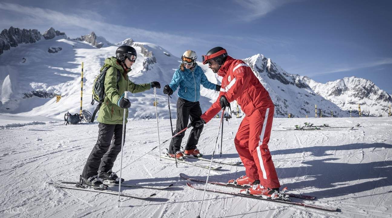 an instructor teaching people how to ski