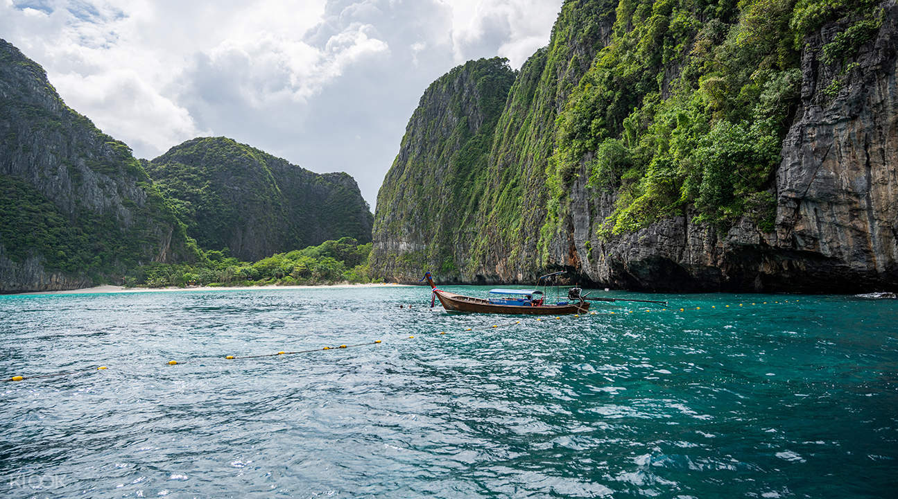 longtail boat on loh samah bay