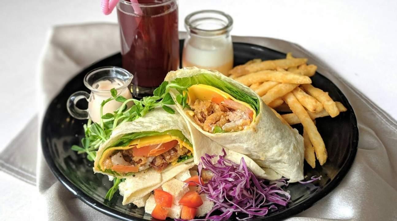 悠閒地喝著飲品,搭配中冠礁溪大飯店提供的輕食沙拉