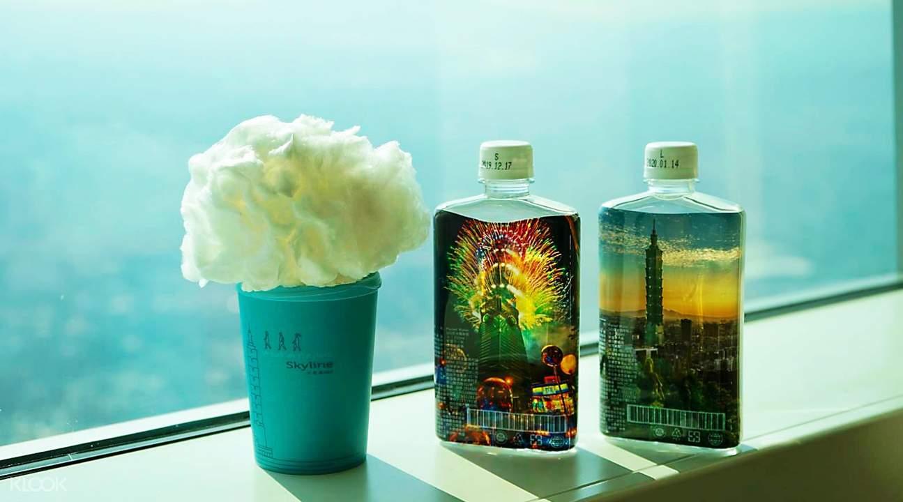 雲朵咖啡一杯和台北101紀念瓶裝水一瓶