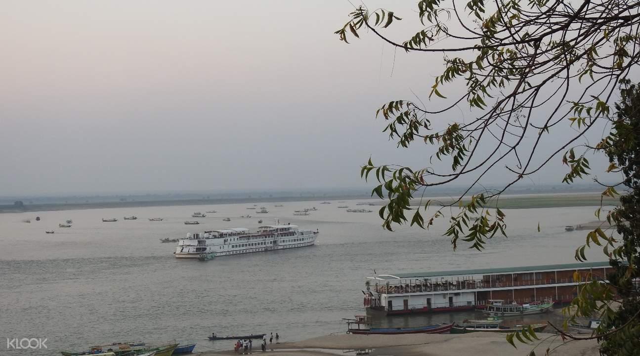 乘船游览缅甸蒲甘伊洛瓦底江