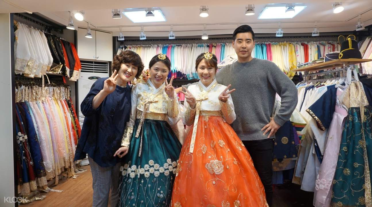 girls wearing hanboks in dorothy hanbok store