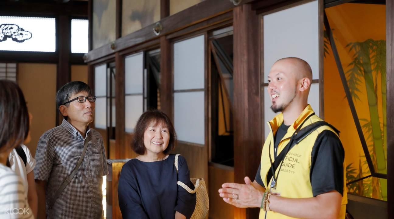 tour guide explaining to tourists