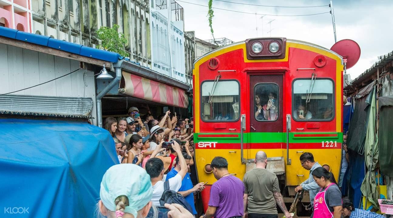 曼谷美功鐵道市場
