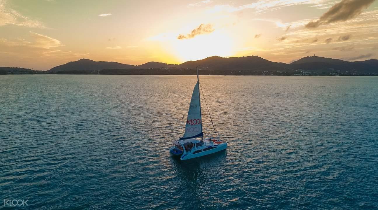 皇帝島和珊瑚島雙體帆船