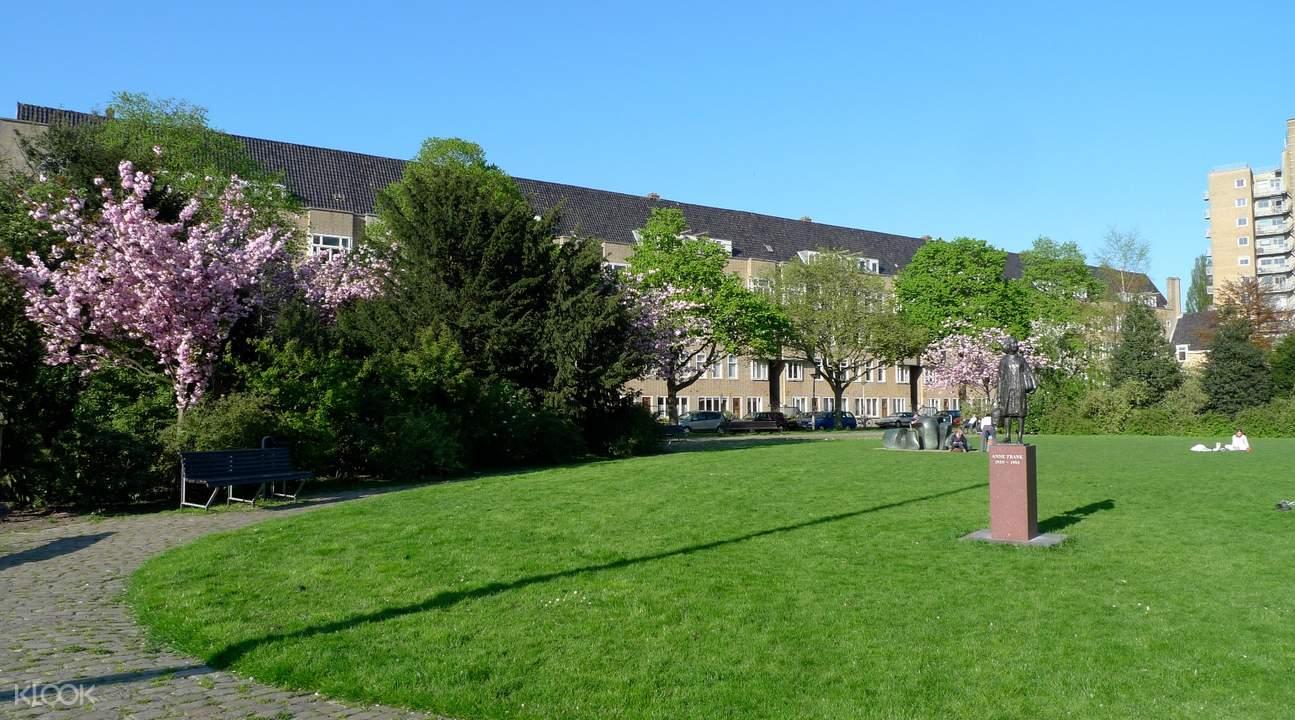 Merwedeplein廣場中佇立安妮的雕像,紀錄二戰歷史,也警醒世人和平的重要