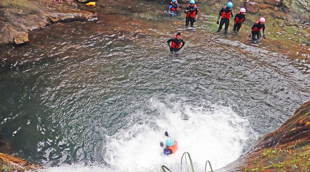 金岳瀑布跳水体验