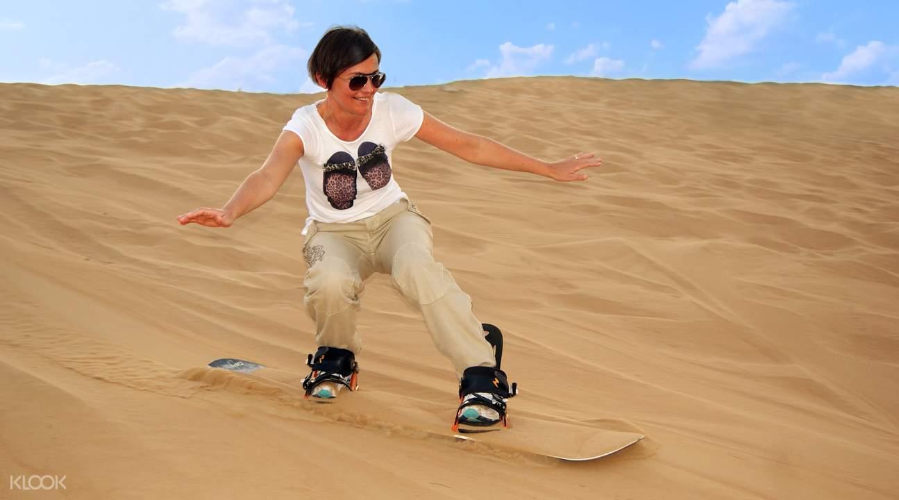 迪拜清晨沙漠滑沙