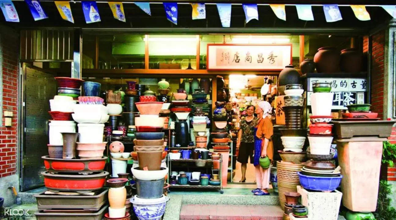 pottery shops and ceramic showrooms in Yingge
