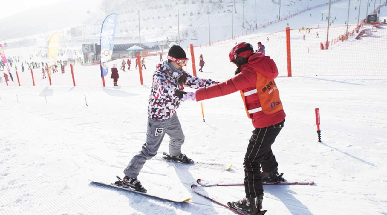 guests helping each other while skiing
