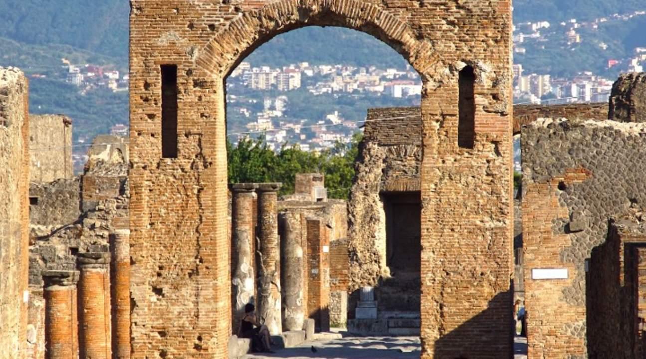arch ruins in pompeii