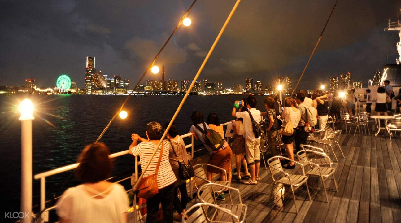 Enjoy cool sea breezes and take photographs of Yokohama and the Cosmo Clock 21 Ferris wheel