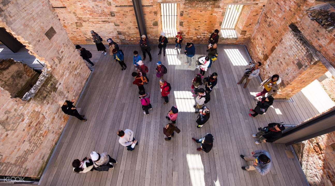 遊客參觀監獄