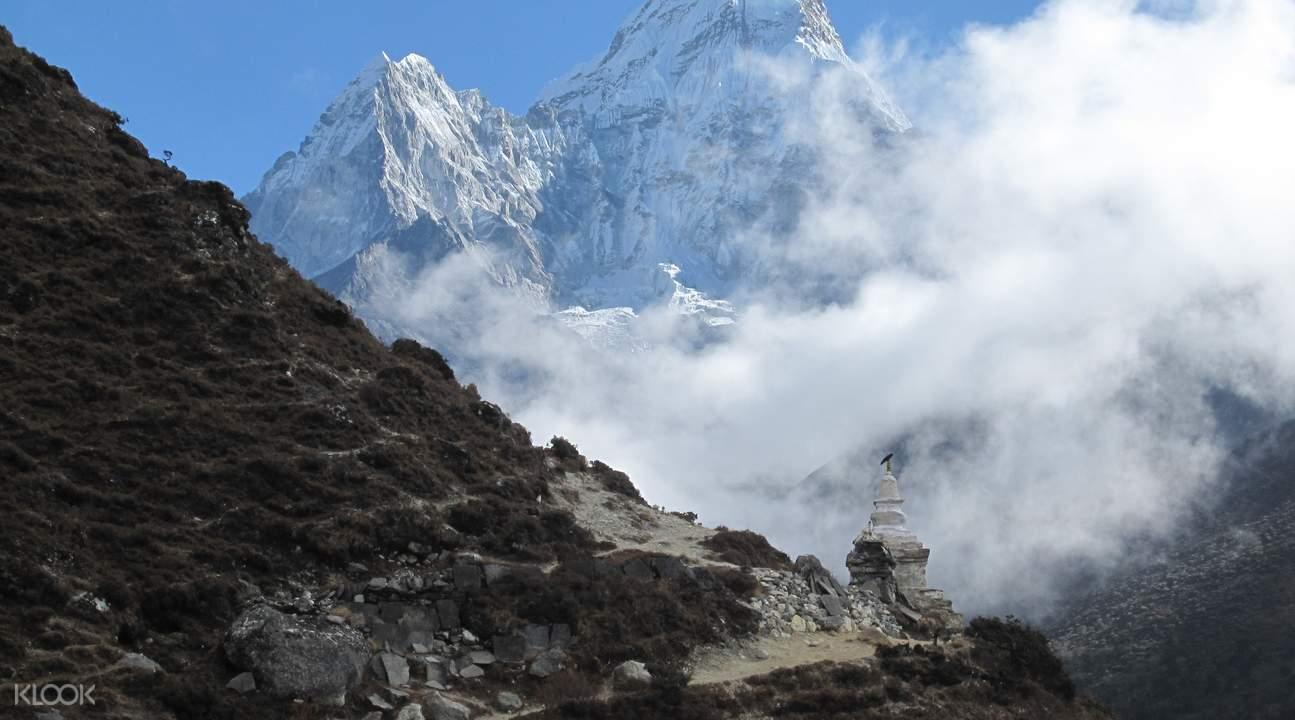 ภูเขาหิมะระหว่างการเดินเขาเอเวอเรสต์เบสแคมป์