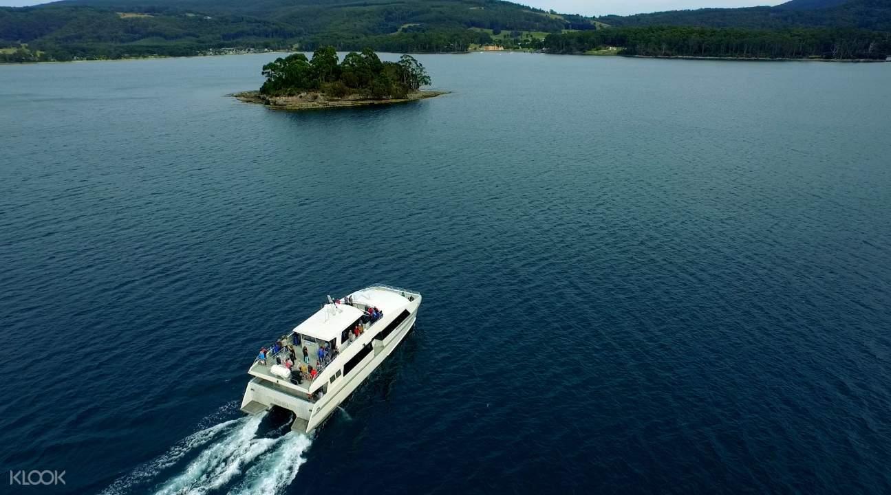 一艘在亞瑟港附近水域巡航的船