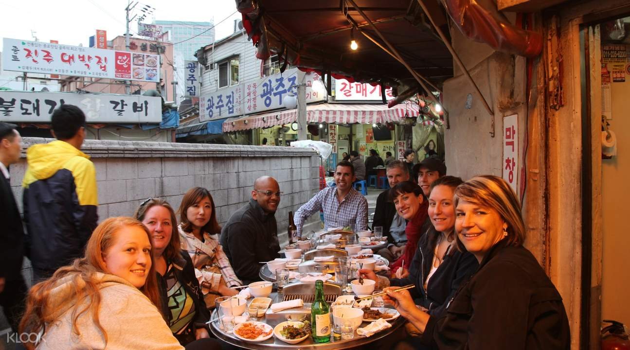 tourists eating korean barbecue