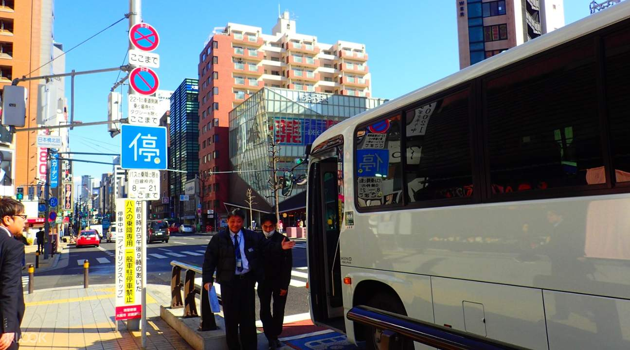 司機會在巴士的門口等待