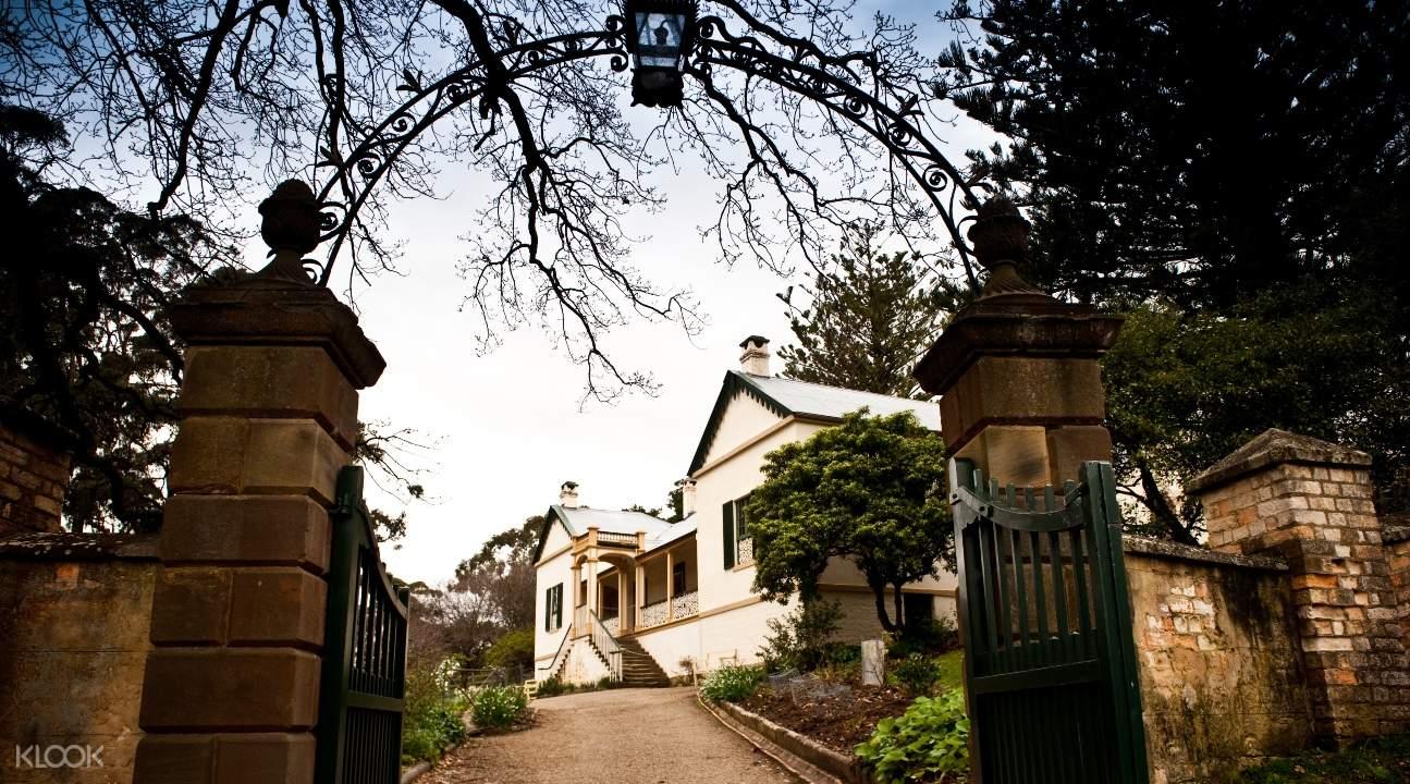 從大門看向一座被荒廢的房屋