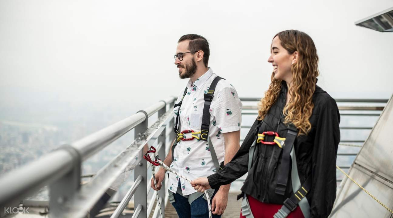 couple marveling at the views of taipei from the 89th floor