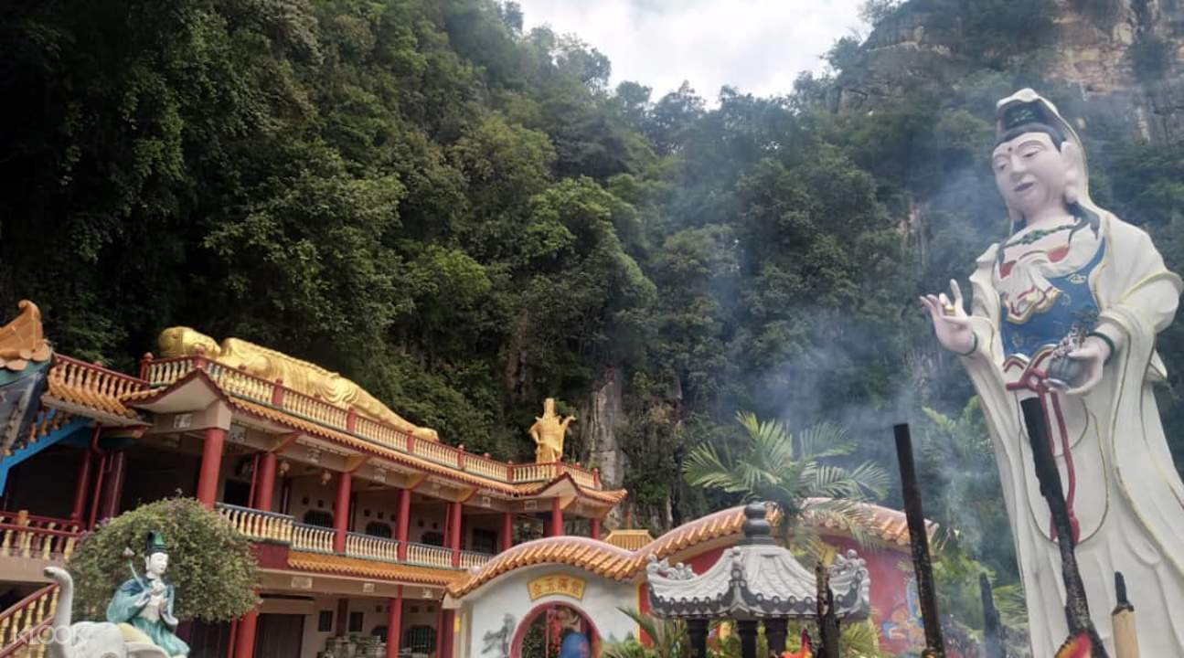Shrines and statues in Nam Thean Tong Temple