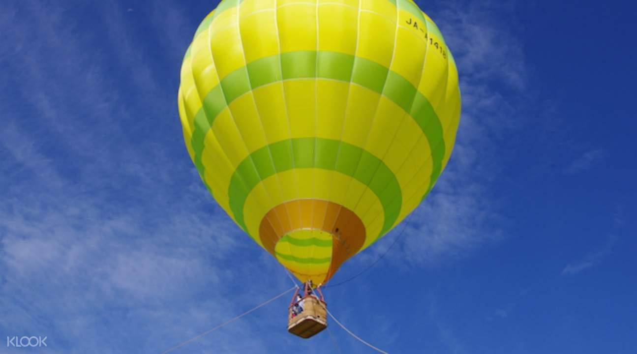 Naik balon udata di atas kota kecil Niseko yang unik di pulau Hokkaido yang indah