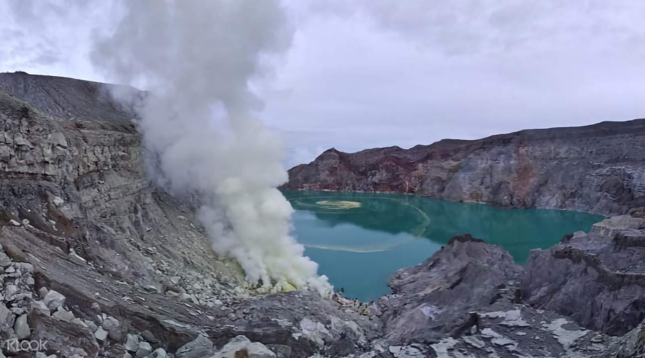 ijen blue fire crater with people