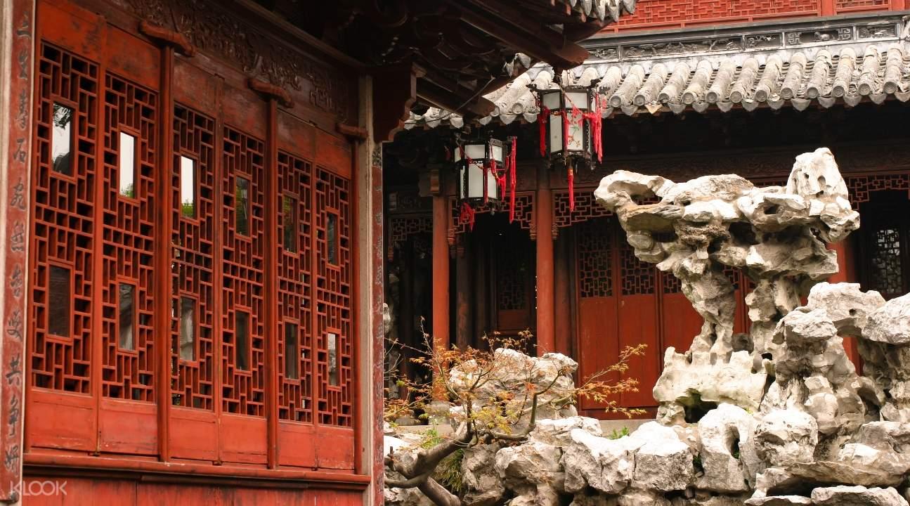 Dinding merah dan formasi bebatuan unik di luar bangunan Cina tradisional