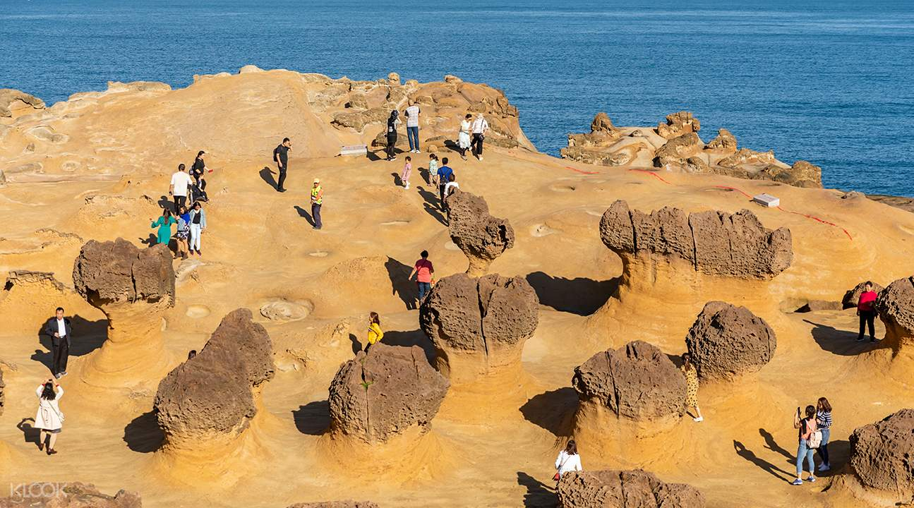 tourists at the yehliu geopark