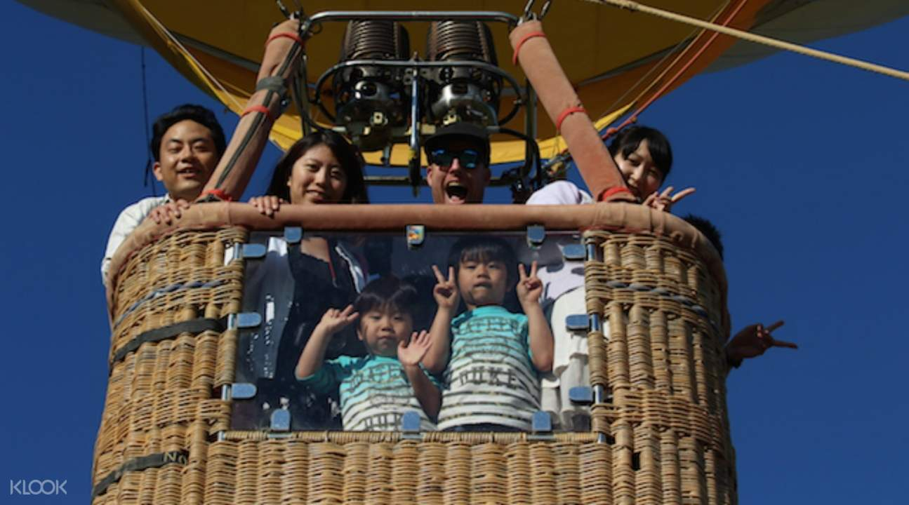 Through the window, kids can safely observe the landscape without having to lean on the rails of the balloon