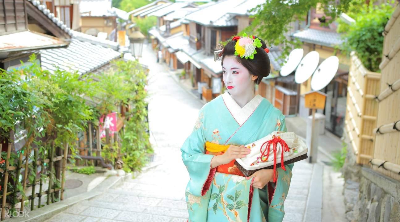 a maiko strolling around town
