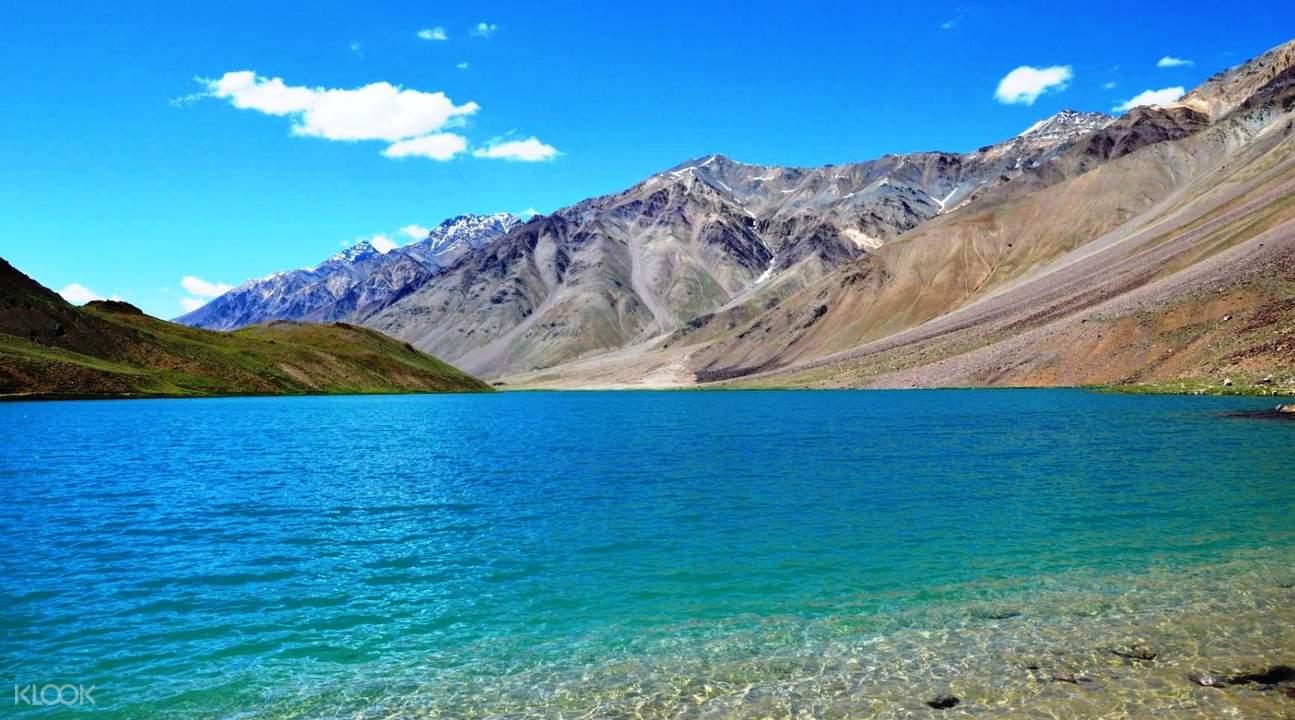 mountains surrounding chandratal lake