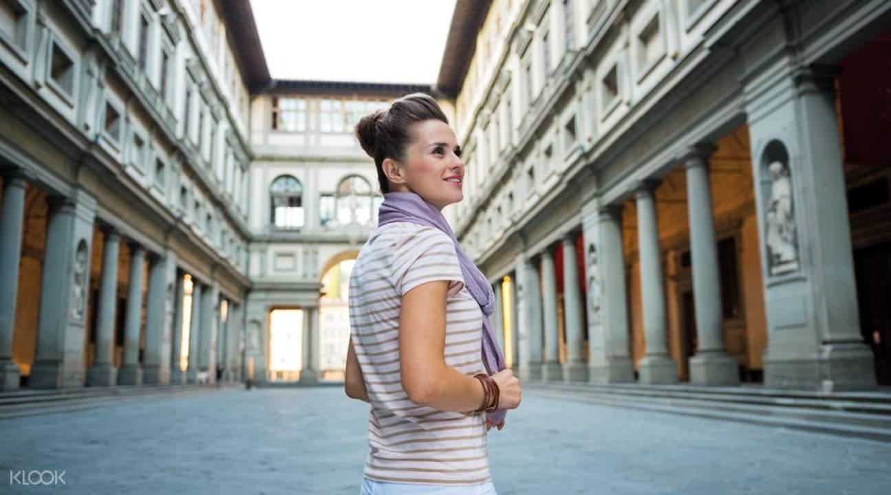 woman in uffizi gallery