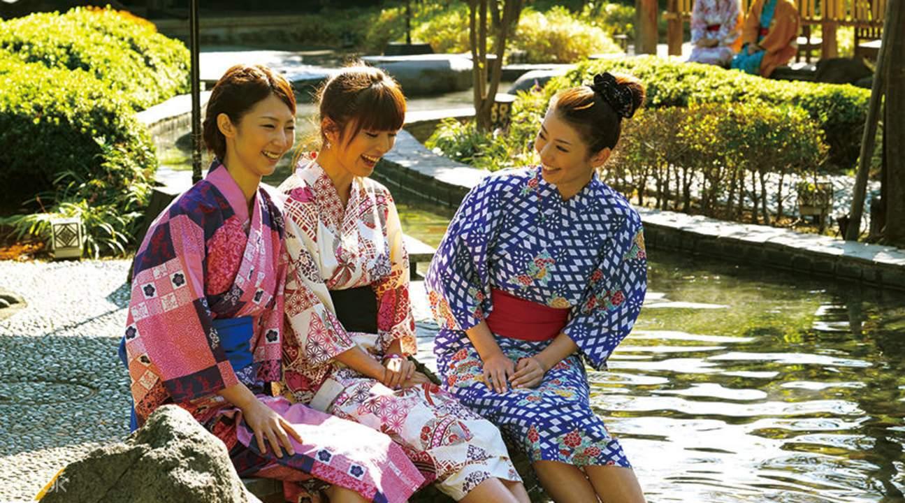 three women wearing yukatas