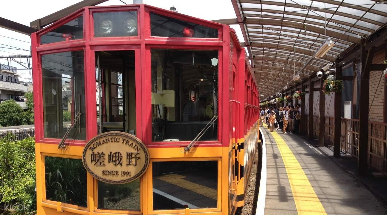 pemandangan sagano romantic train dan orang-orang sedang naik ke dalamnya