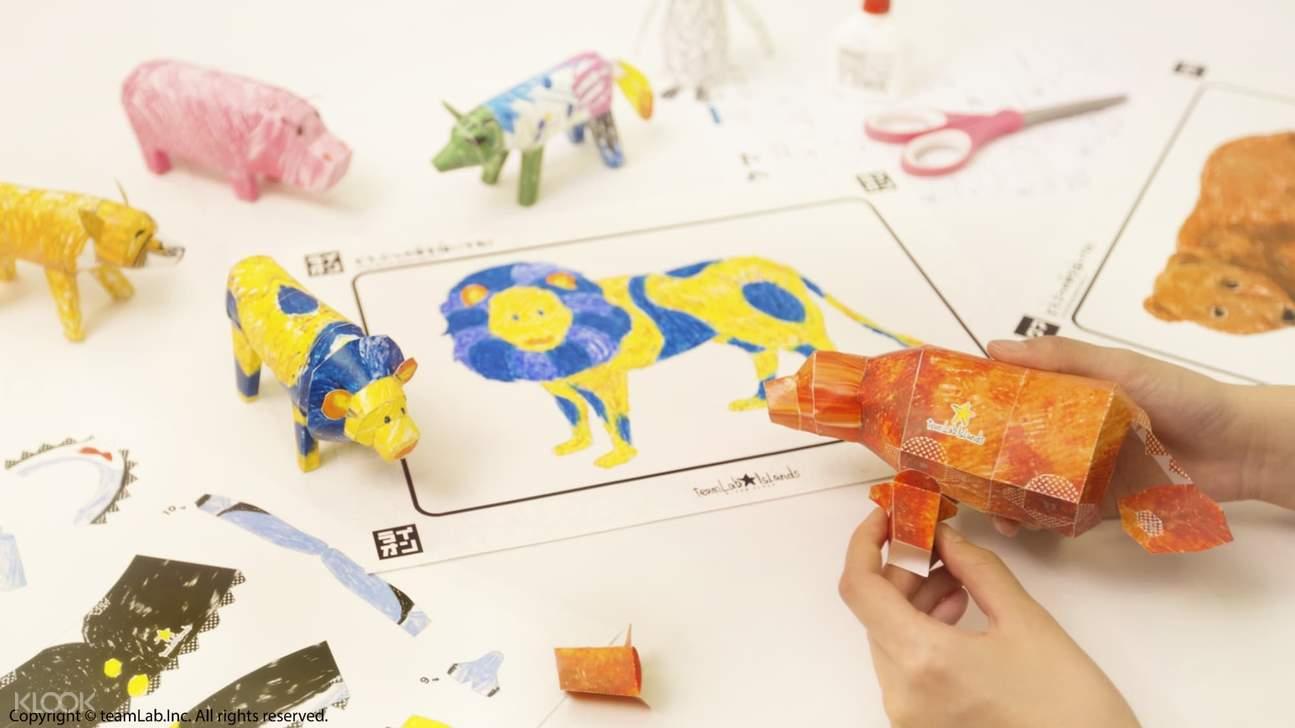 【彩繪動物立體紙模型】《彩繪動物》中所畫的圖片可以制作成立體紙模型。用蠟筆畫在紙上的動物可以變成立體紙模型。依照組裝說明,在造紙世界中創建專屬自己的3D立體動物。