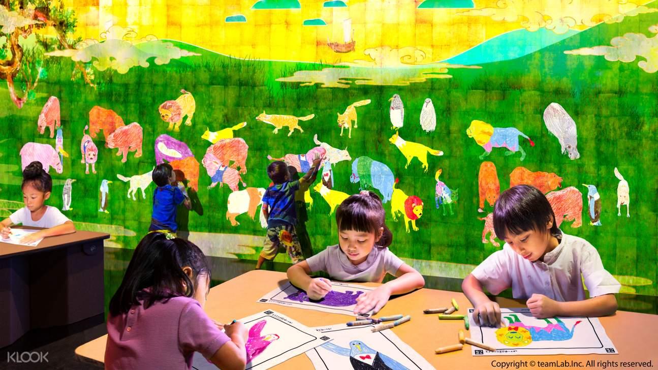 【彩繪動物】在紙張上畫出動物,看著所畫出的動物在大型3D藝術作品中獲得生命。你所畫的動物,會與其他動物交流。動物隨著你的觸摸,也會做出各種反應。