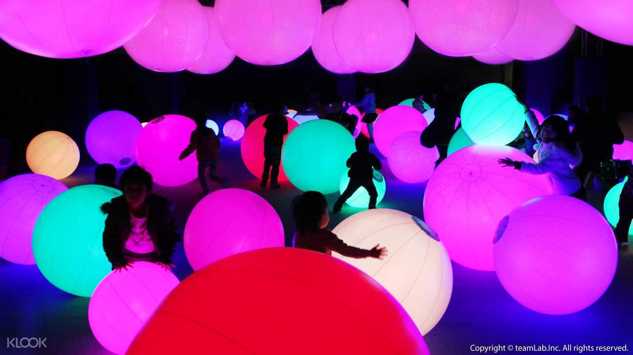 【光球管弦樂團】當球體滾動時,它的顏色和聲音都會產生變化,發光的球體就能演奏一場管弦樂表演。位於上方的球體和其他球體彼此聯動。觸碰一個球體便會對周圍的球體產生影響,整個空間的顏色也會隨之改變。滾動面前的球體,球體的顏色會產生變化還會發出聲音。體驗者們可以在同一個空間裡,用自己的身體去觸碰大小不同的球體,來讓空間發生變化,並自由地演奏音樂。