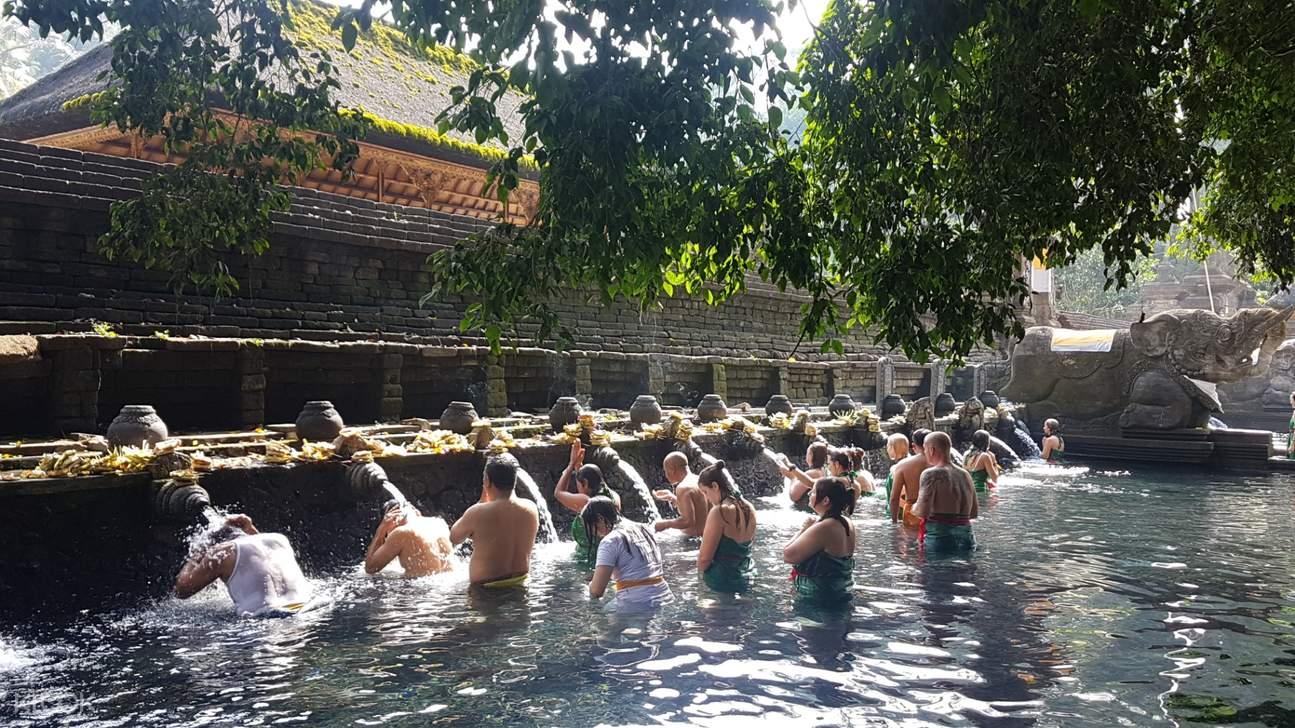 holybathing ritual in bali temple