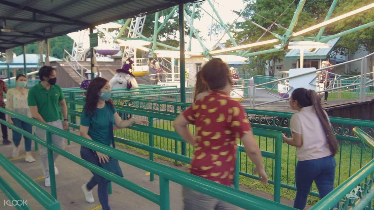 people in line at enchanted kingdom