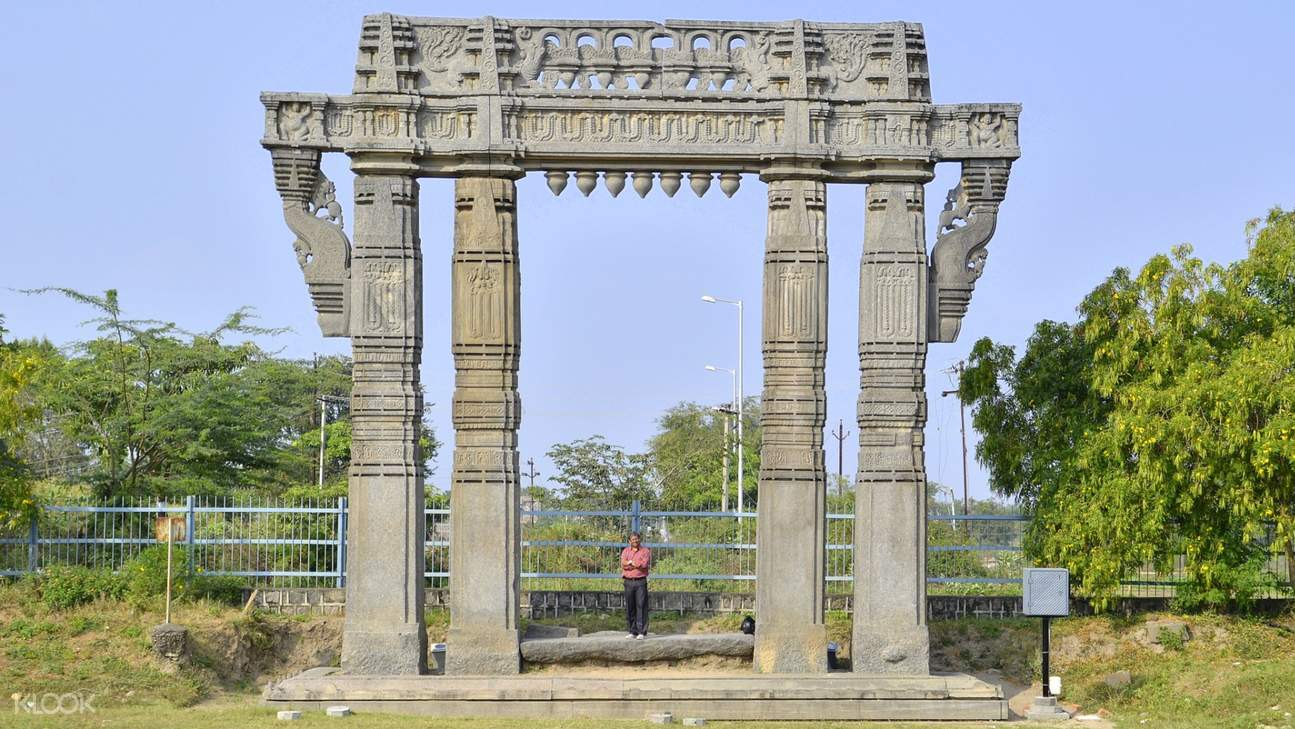 Built in the 13th century during the Kakatiya dynasty rule, the Warangal Fort is one of the most important Warangal historical places