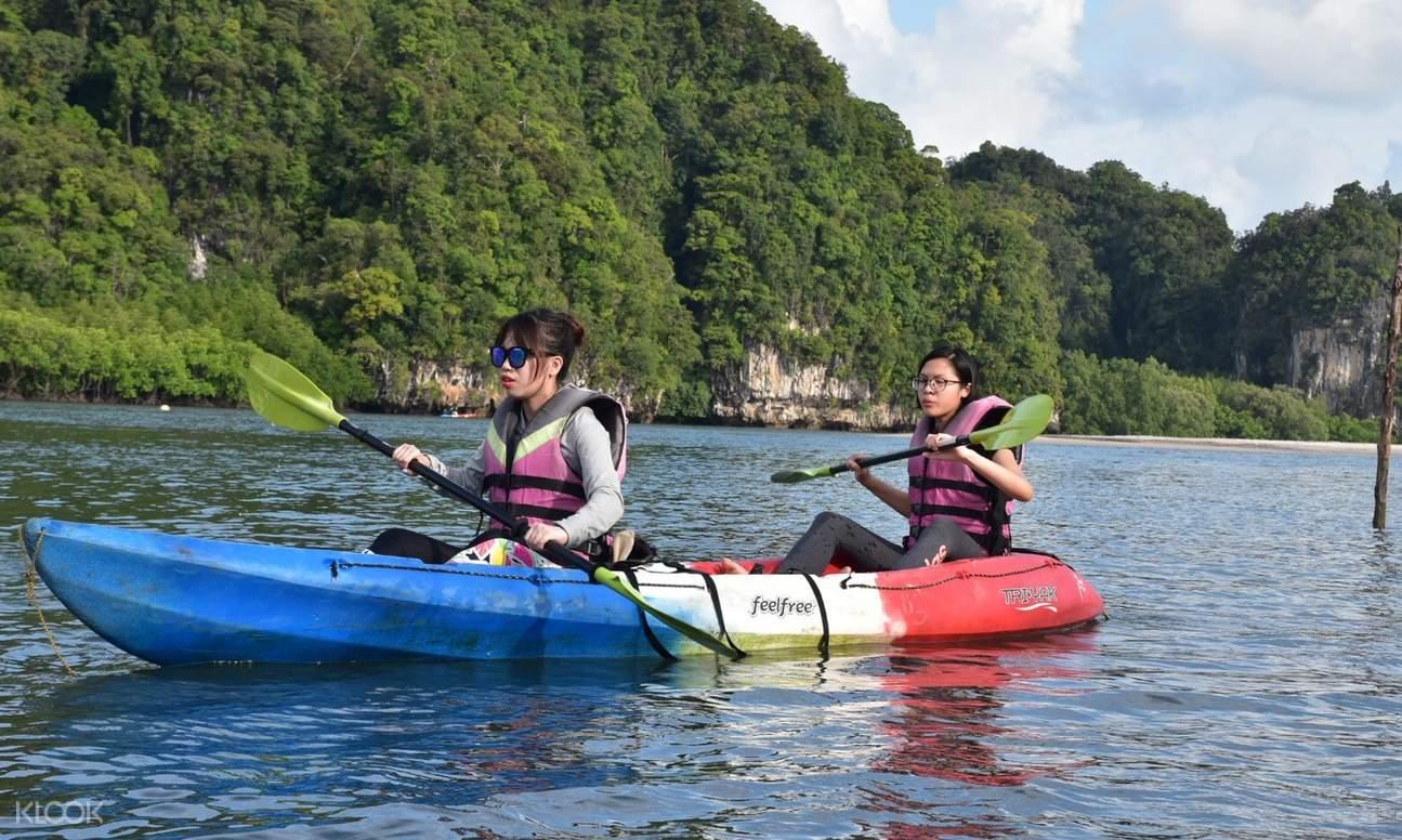 2 friends kayaking