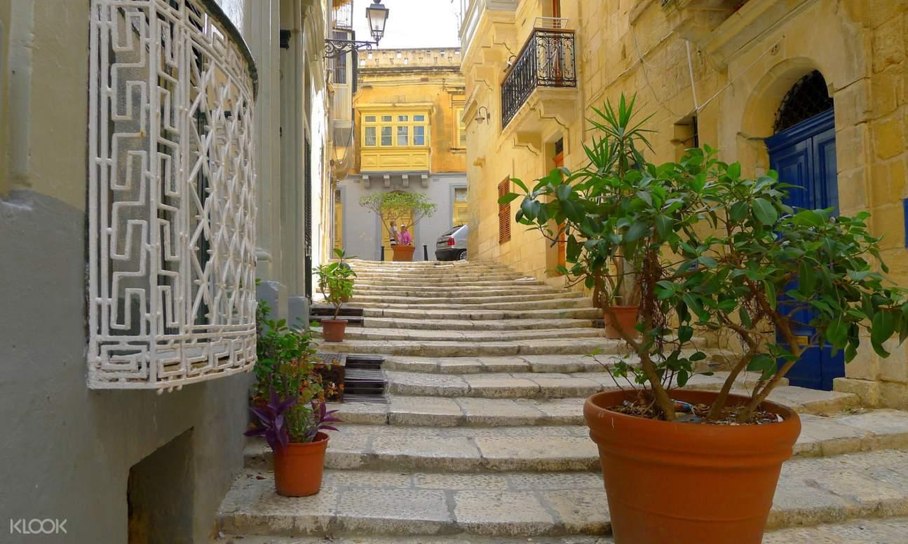 Malta alley between houses
