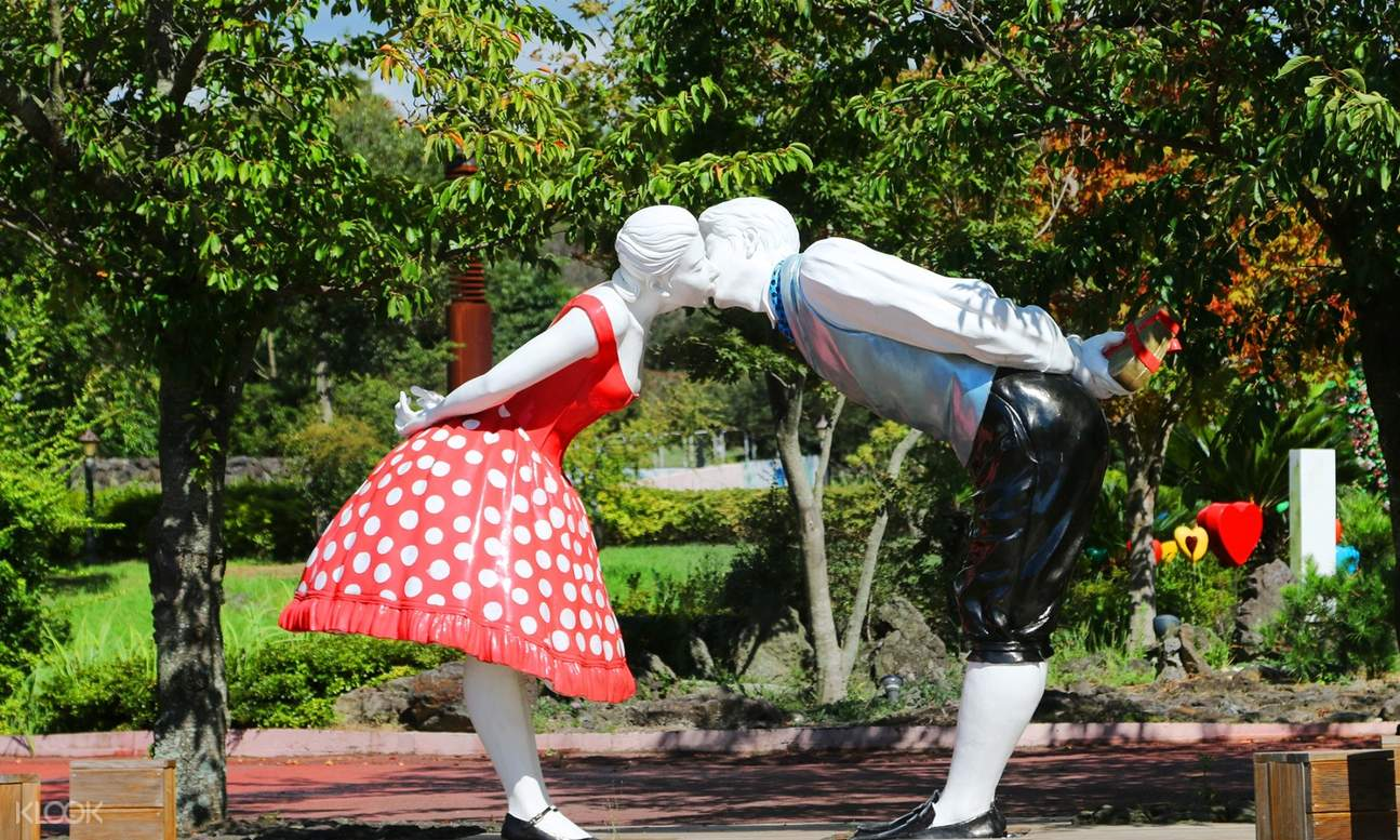 sculpture of couple kissing