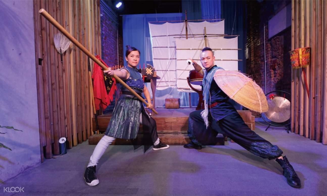 兩名表演者身穿演出服裝,使用道具擺姿勢